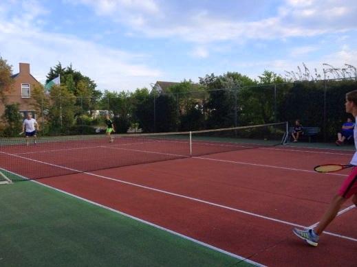Goedkoop tennissen, in alle rust tussen het groen en op een buitenbaan? Onze tennisbaan in Warmond is het gehele jaar door te gebruiken tegen de laagste prijzen.